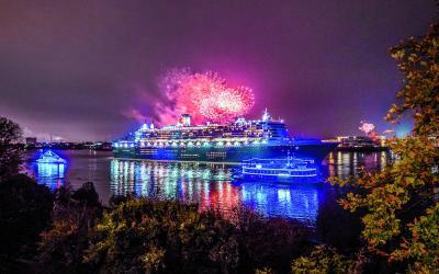 """""""10 Jahre Blue Port"""" – Queen Mary 2 """"macht blau"""" beim Sailaway am 12. August 2018"""