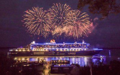 """Blau illuminierte Queen Mary 2 verlässt Hamburg während """"10 Jahre Blue Port"""" Jubiläums-Feuerwerk"""