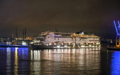 Lichtspektakel auf der Elbe:  Schiffstaufe der MSC Grandiosa in Hamburg