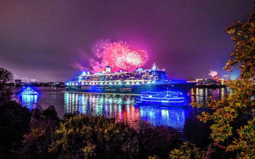 """10 Jahre Blue Port"" – Queen Mary 2 ""macht blau"" beim Sailaway am 12. August 2018"