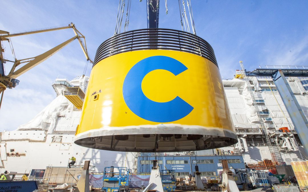 Costa Smeralda: Schornstein auf Costas neuem LNG-Flaggschiff montiert