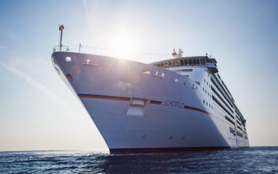 MS EUROPA 2 bezieht Landstrom am Cruise Center Altona in Hamburg