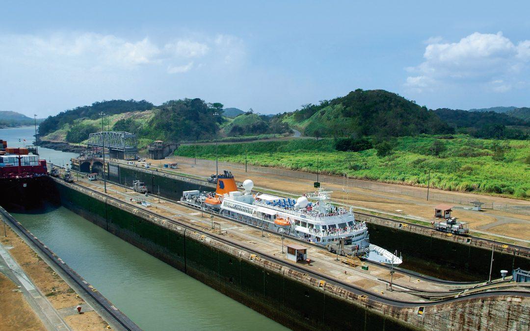 Exotische Pracht zwischen Pazifik und Atlantik: Expeditionsflotte von Hapag-Lloyd Cruises fährt tagsüber durch den Panamakanal